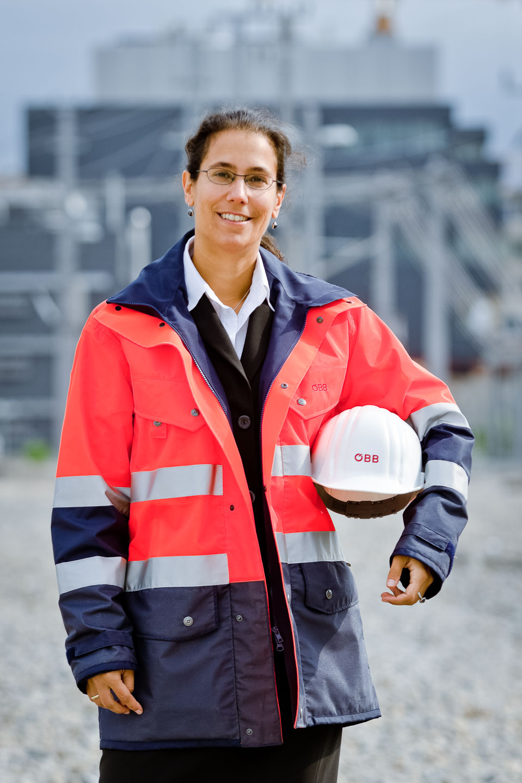 Portraitfoto: Frau mit Helm