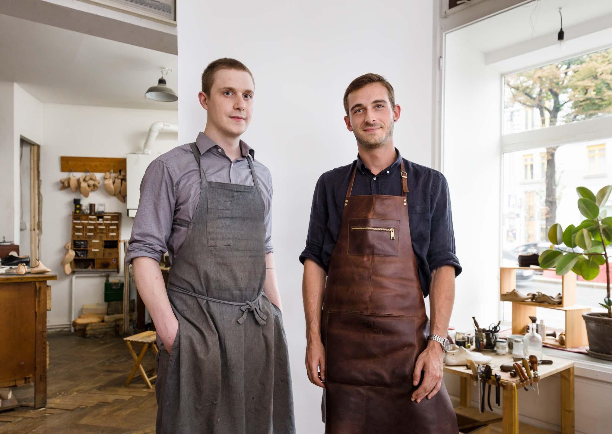 Gruppenportrait von zwei Handwerkern in der Werkstatt