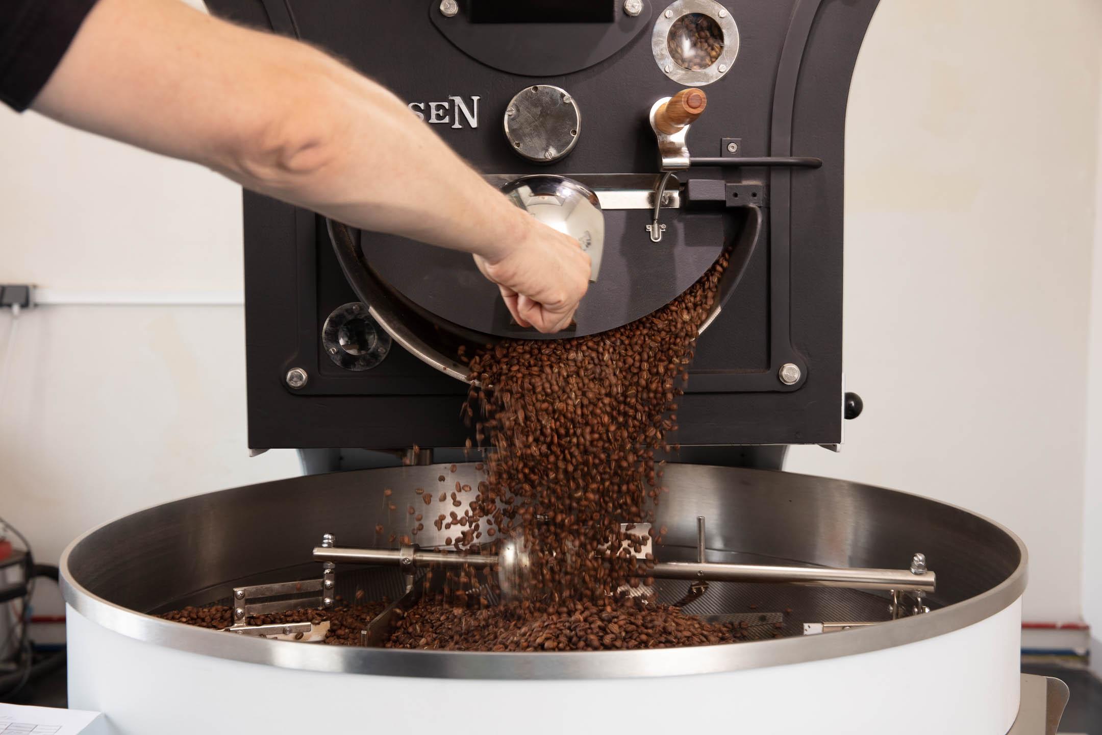 Kaffee frisch geröstet wird ausgeschüttet