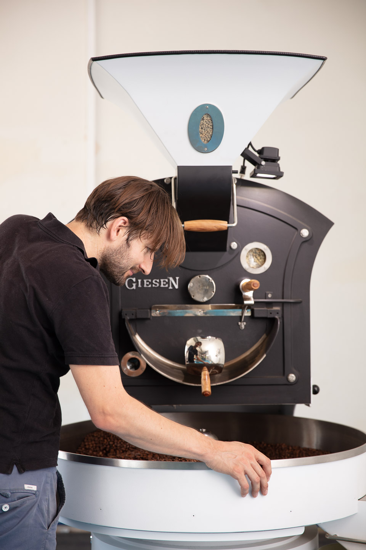 Kaffeeröster bei der Arbeit