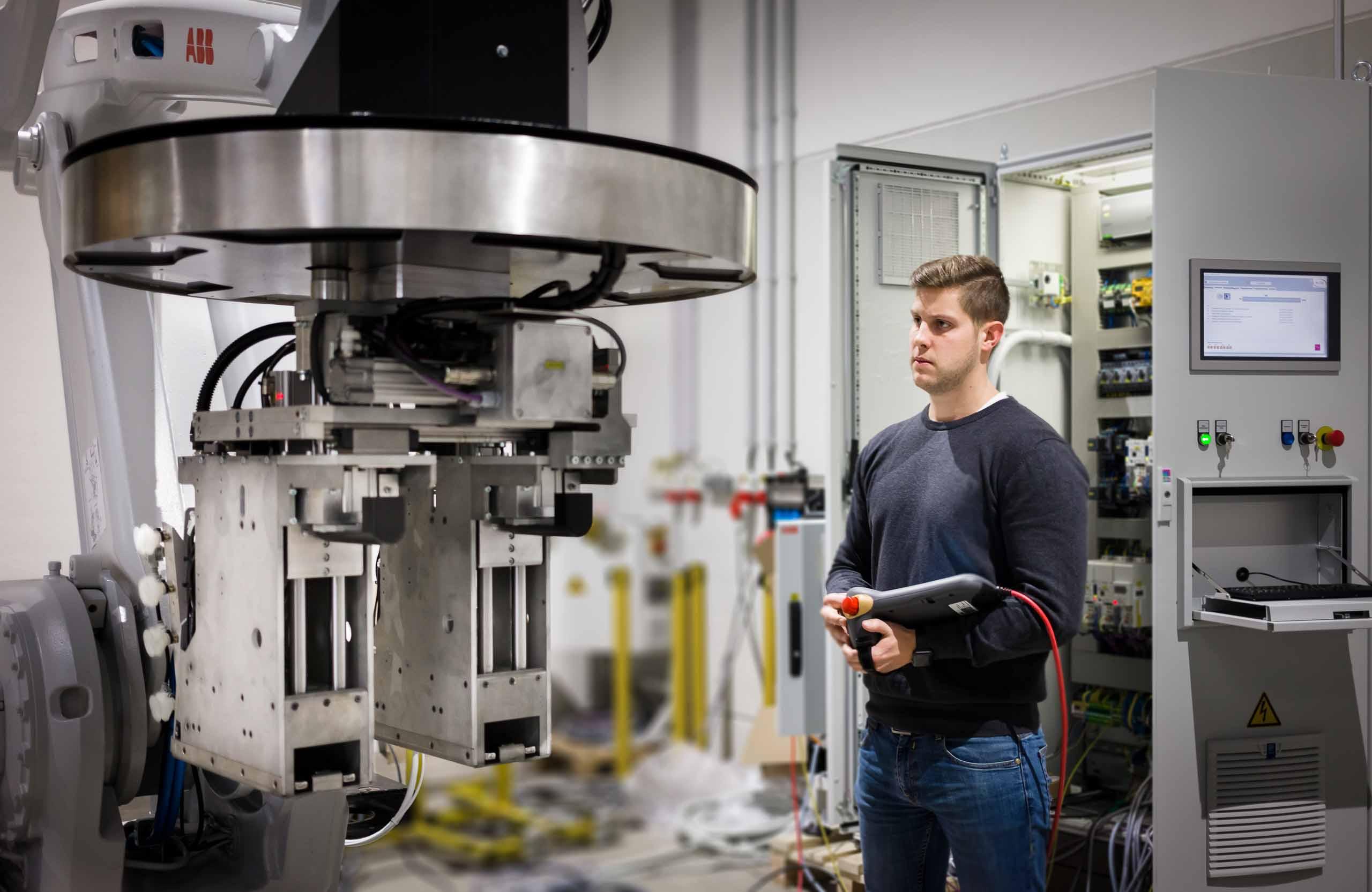 Mechatroniker bei der Arbeit in Werkshalle