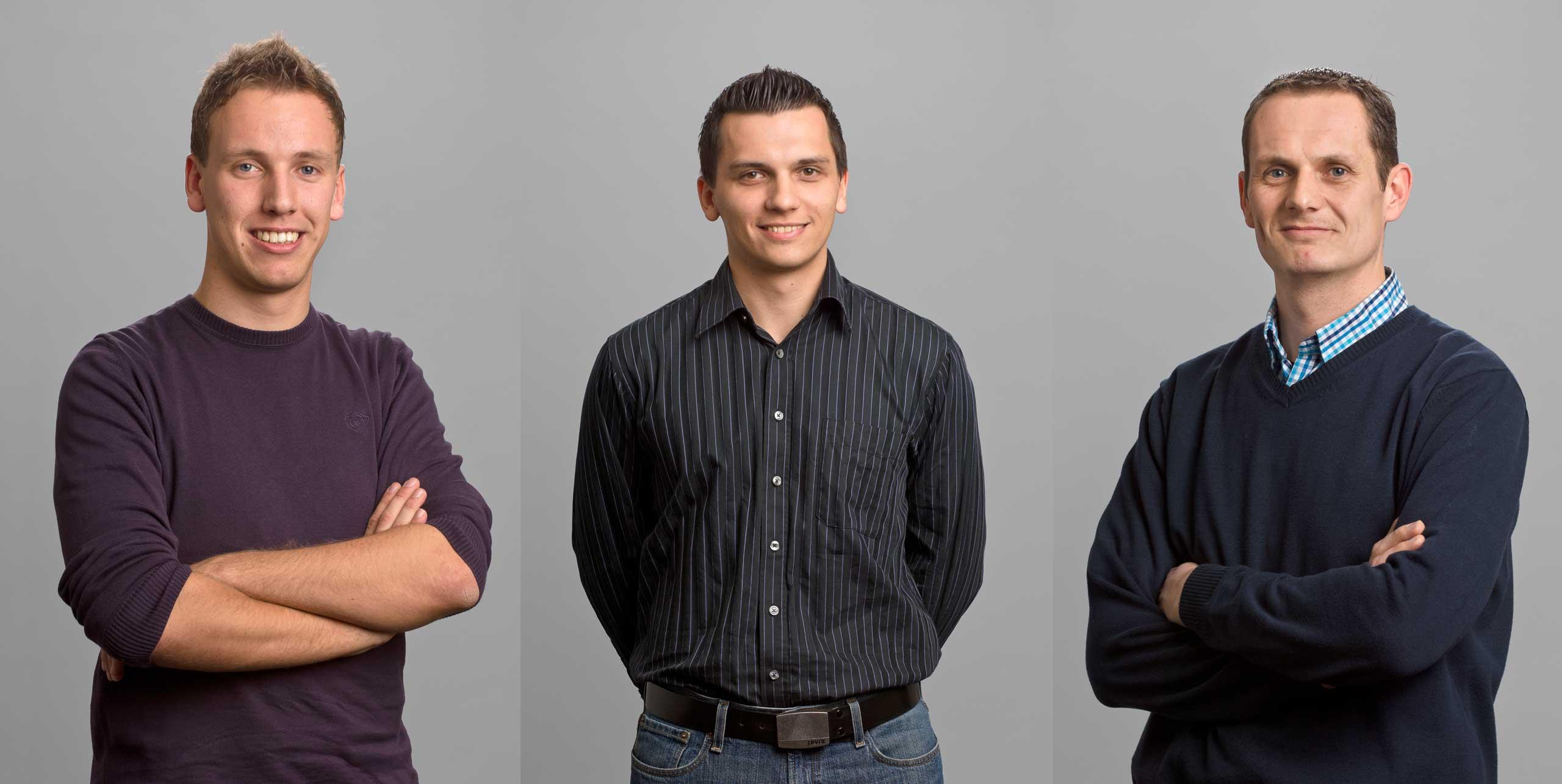 Drei Mitarbeiterfotos vor grauem Hintergrund