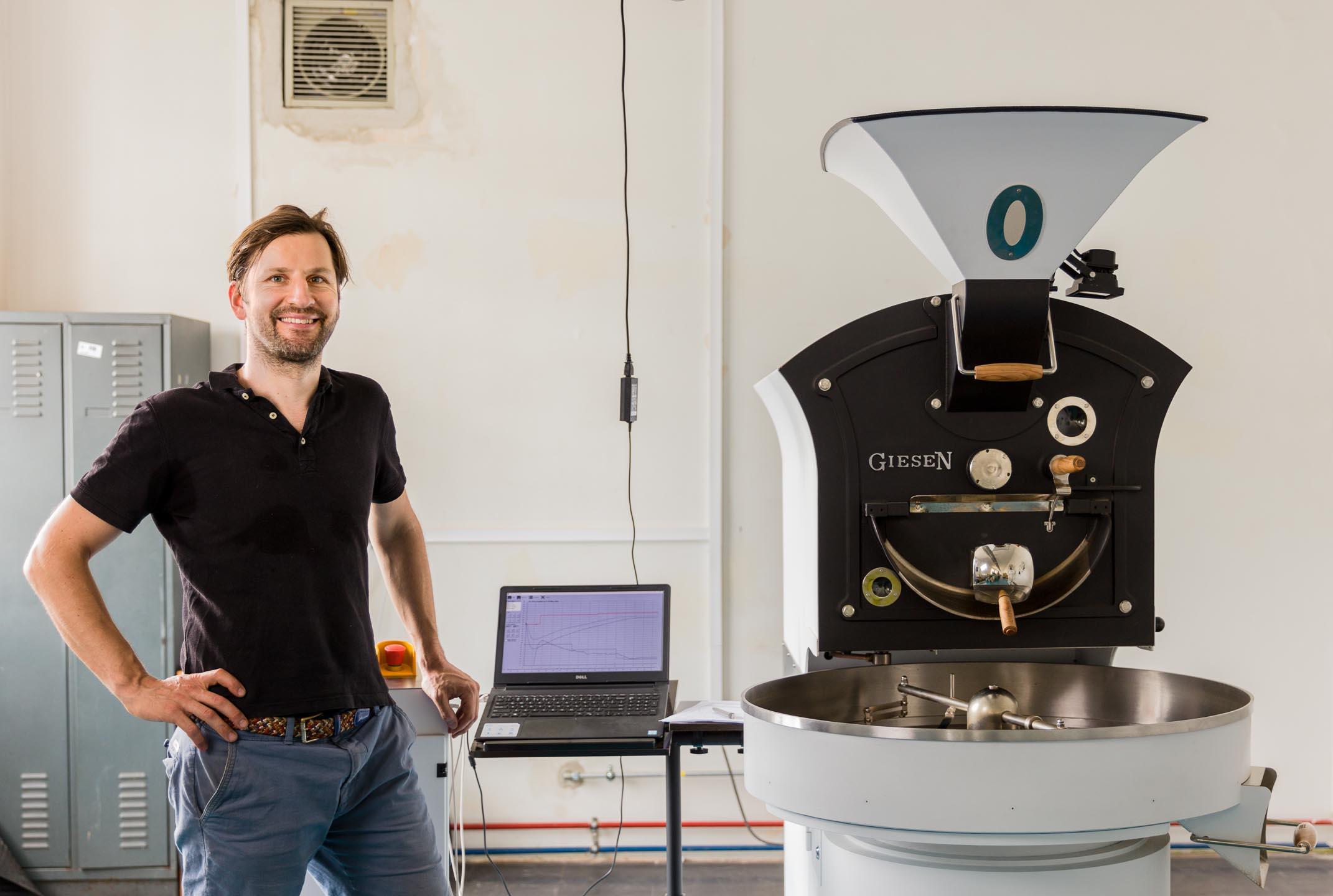 Portrait Kaffeeröster mit Röstmaschine