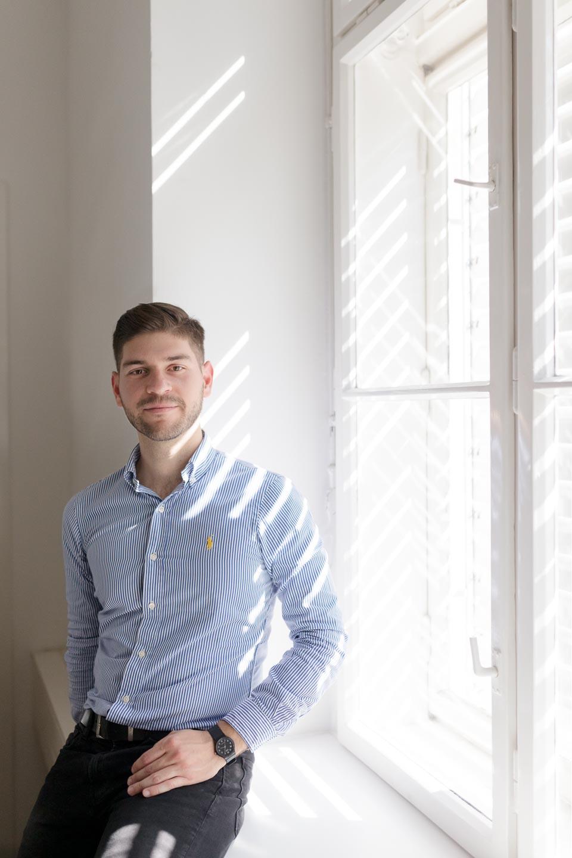 Portraitfoto Mann am Fenster