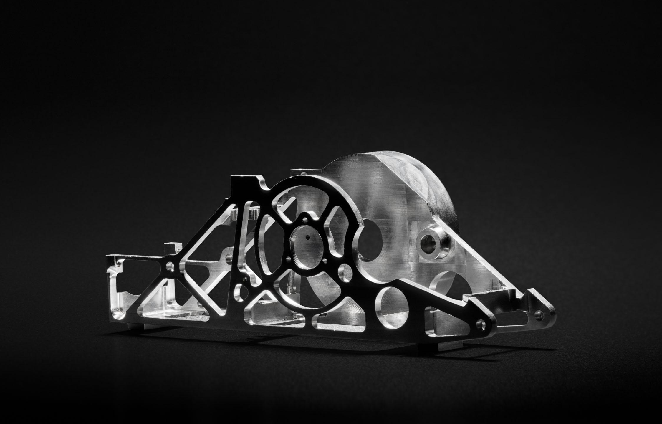 Produktfoto Aluminium-Werkstück vor dunklem Hintergrund