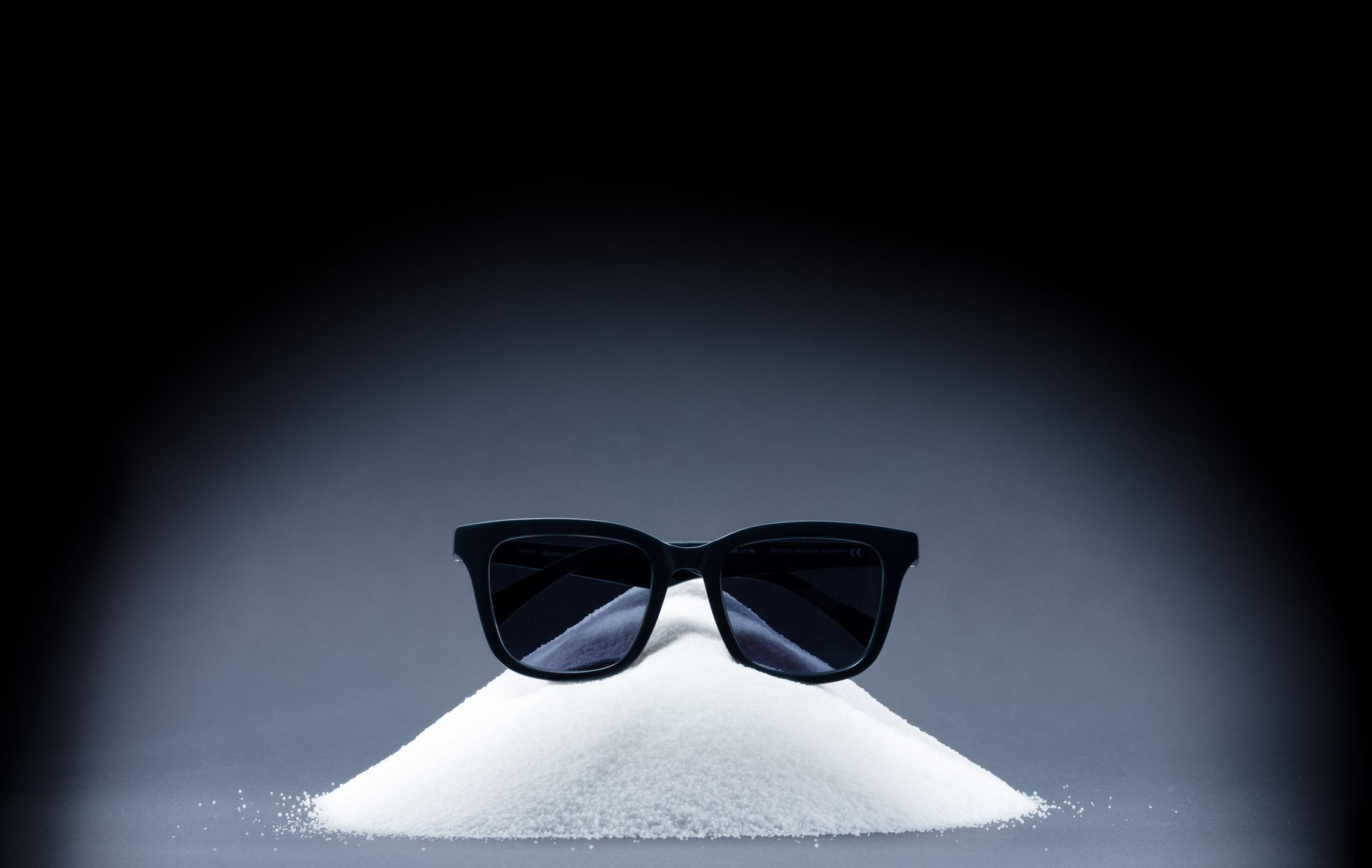 Produktfoto Sonnenbrille auf Salzkörnern