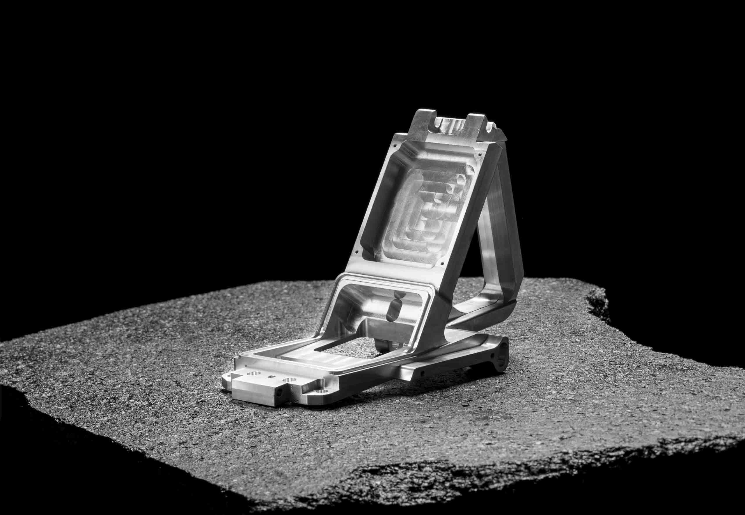 Studiofoto von Aluminiumwerkstück vor schwarzem Hintergrund