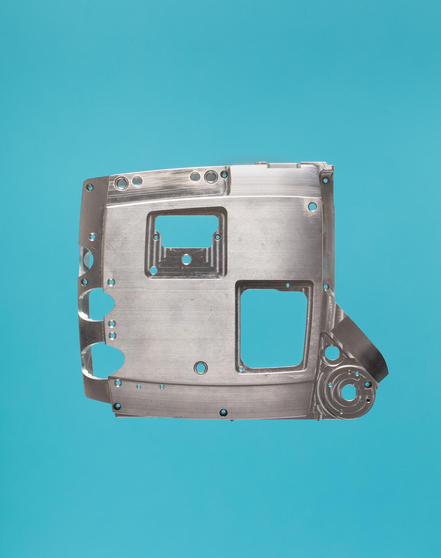 Produktfoto von einem Aluiminiumwerkstück vor buntem Hintergrund