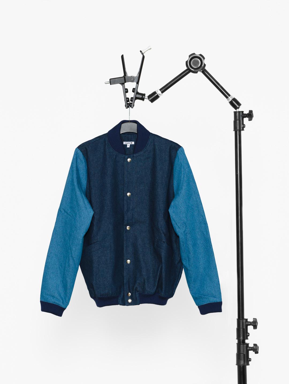 Studiofoto einer Jacke vor weißem Hintergrund