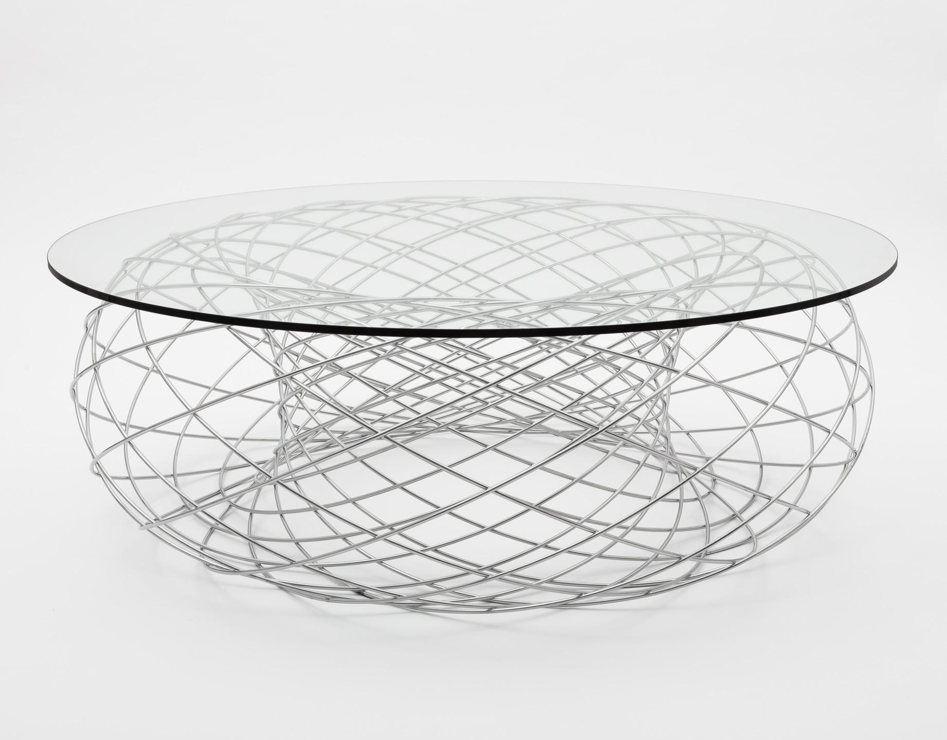 Studiofoto von Designertisch vor weißem Hintergrund