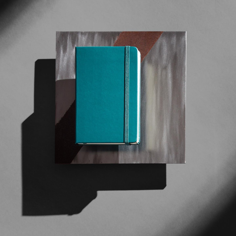 Studiofoto von einem Notizbuch auf grauem Hintergrund