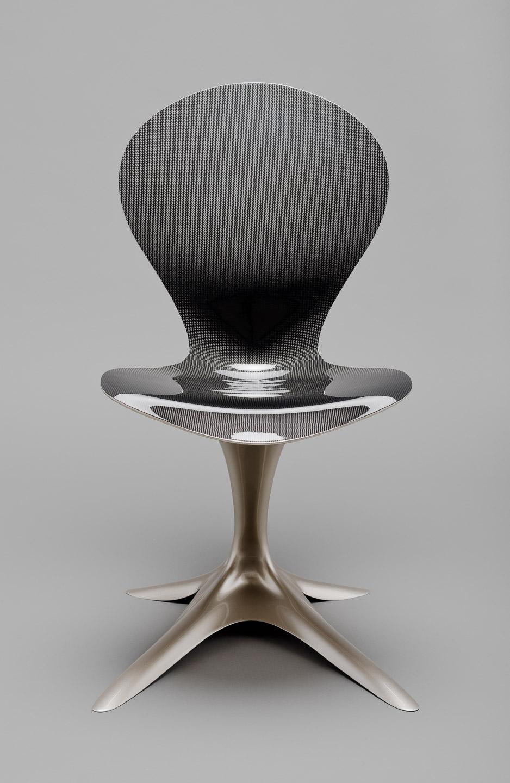 Studiofoto von einem Designerstuhl aus Carbon