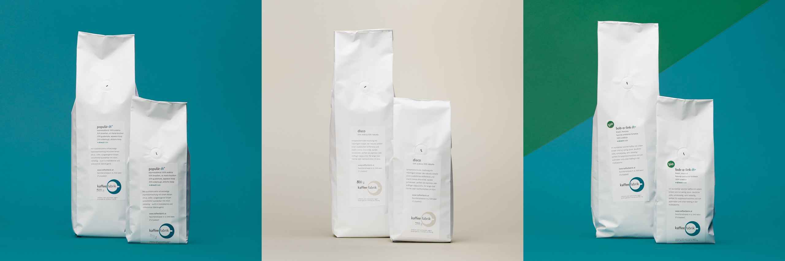 Fotos von Kaffeepackungen für Webshop oder Katalog vor farbigem Hintergrund
