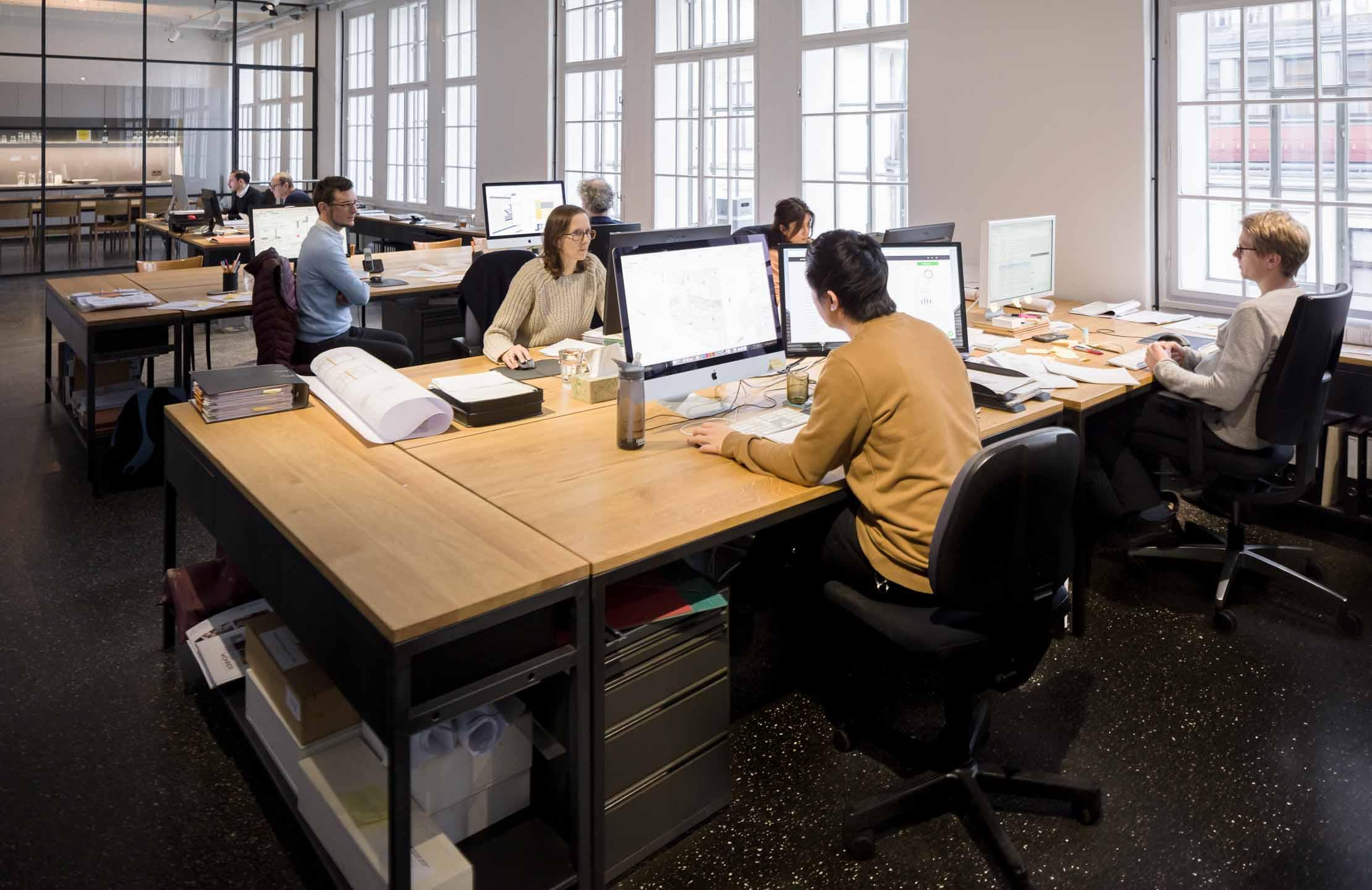 Übersichtsfoto - Arbeitsituation in Architekturbüro