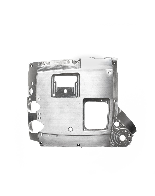 Vor weißem Hintergrund freigestelltes aluminium Werkstück - Studiofoto