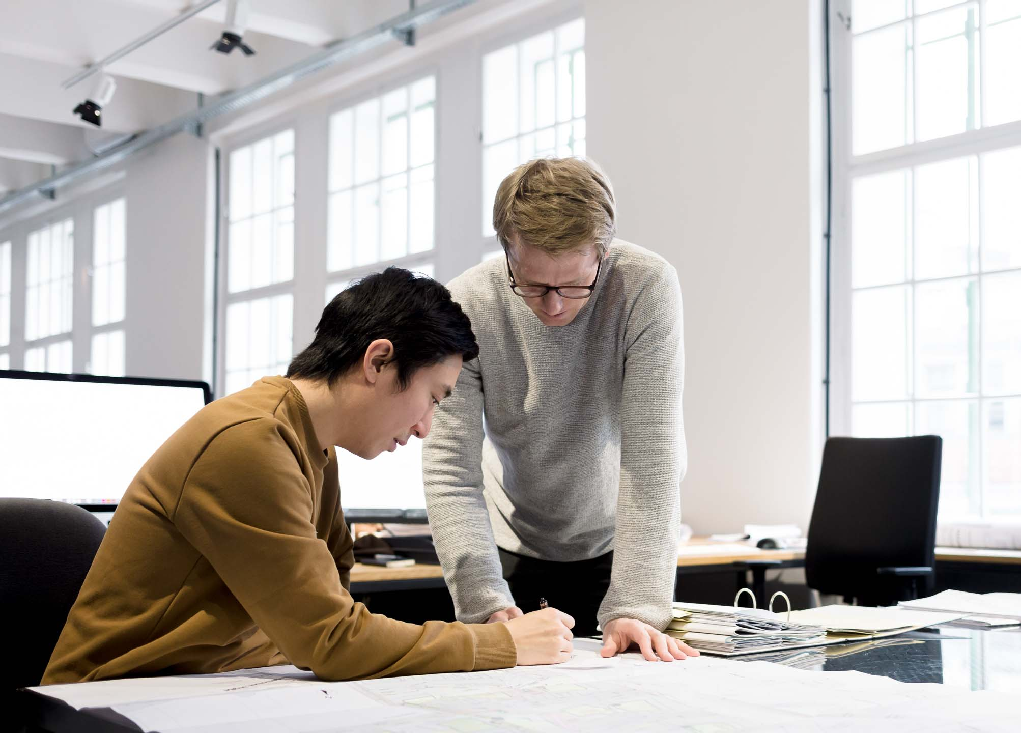 Zwei Architekten besprechen Plan