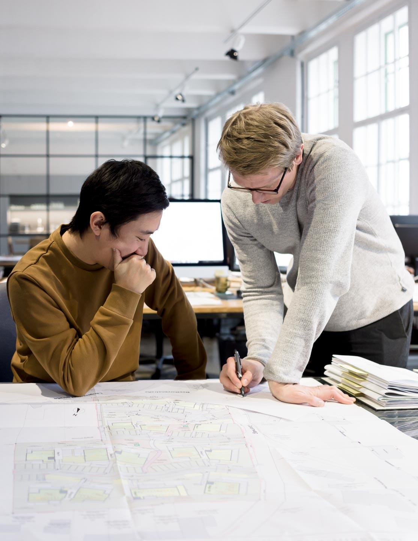 Zwei Architekten besprechen einen Plan